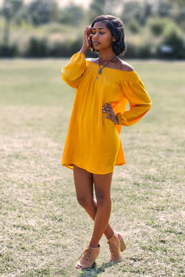 kobieta w cytrynowej sukience