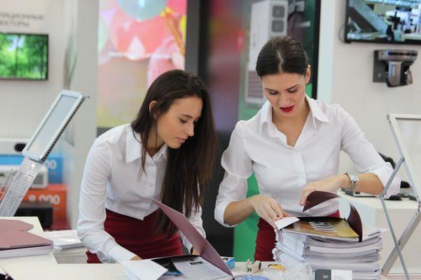 Klasyczna biała koszula damska to baza dla stylizacji na każdą okazję!